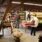 Regionale Spezialitäten, auch vom eigenen Hof, werden im Hofladen angeboten